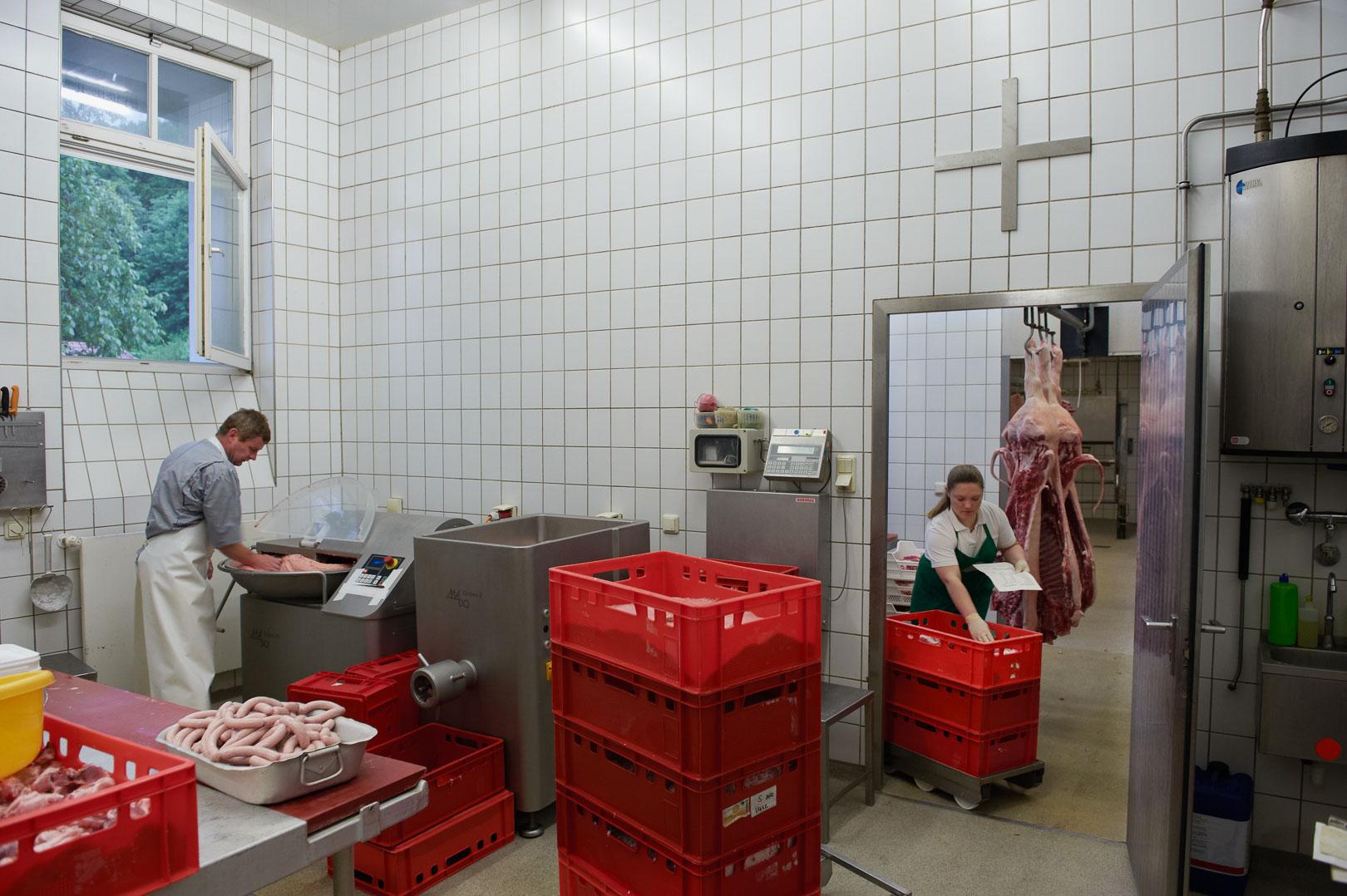 Links:Metzgermeister Michael König; Rechts: Franziska Bacherle in der Klostermetzgerei