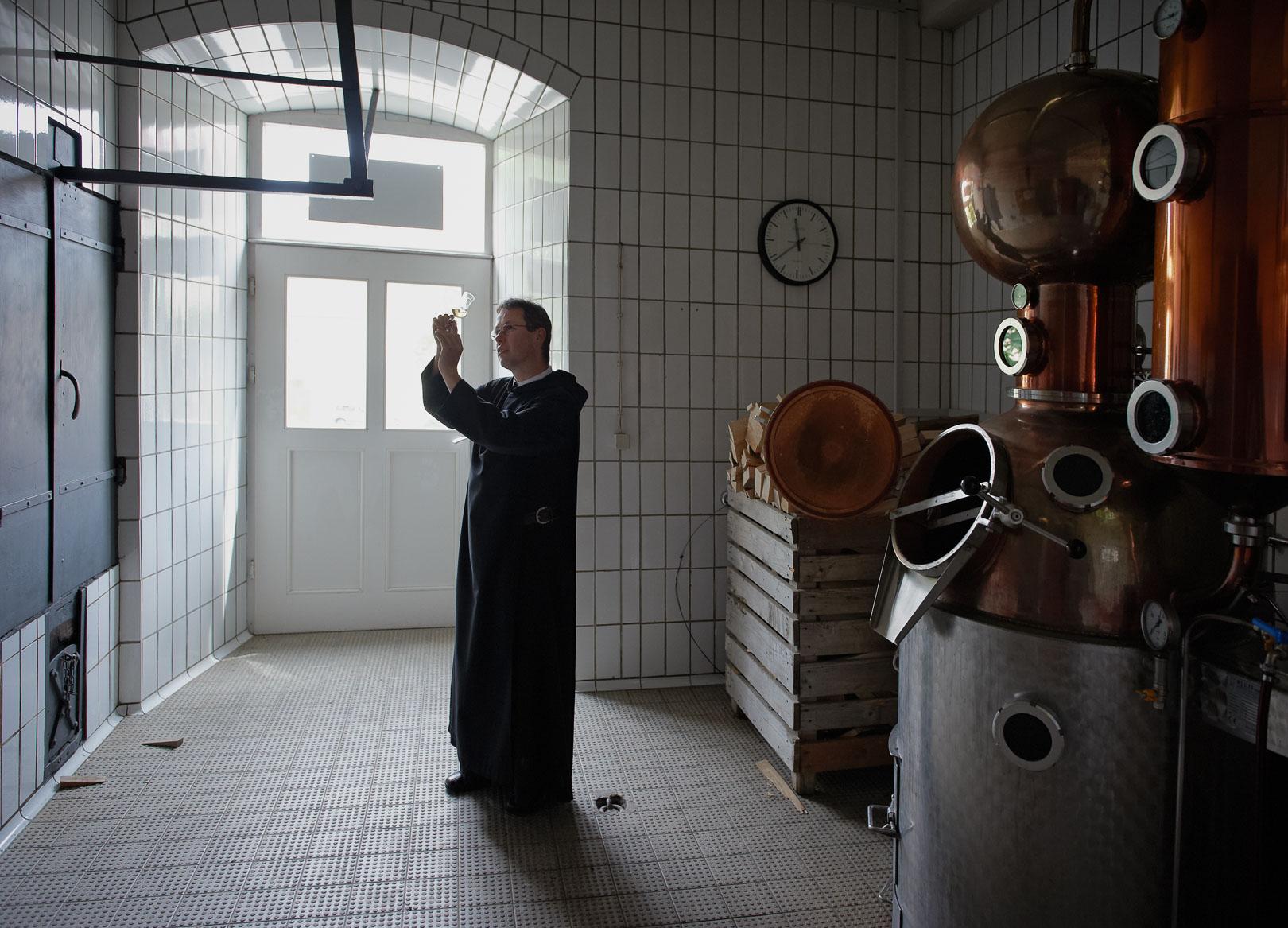 Frater Andreas Schmidt kontrolliert den Schnaps