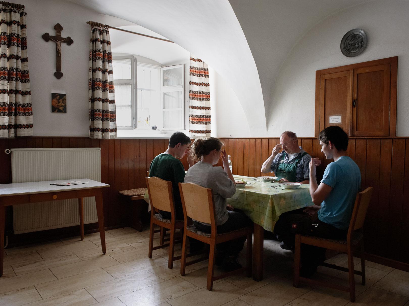 Frater Richard Schmidt betet zu Mittag mit seinen Gehilfen in der Bauernstube vom Kloster Plankstetten.